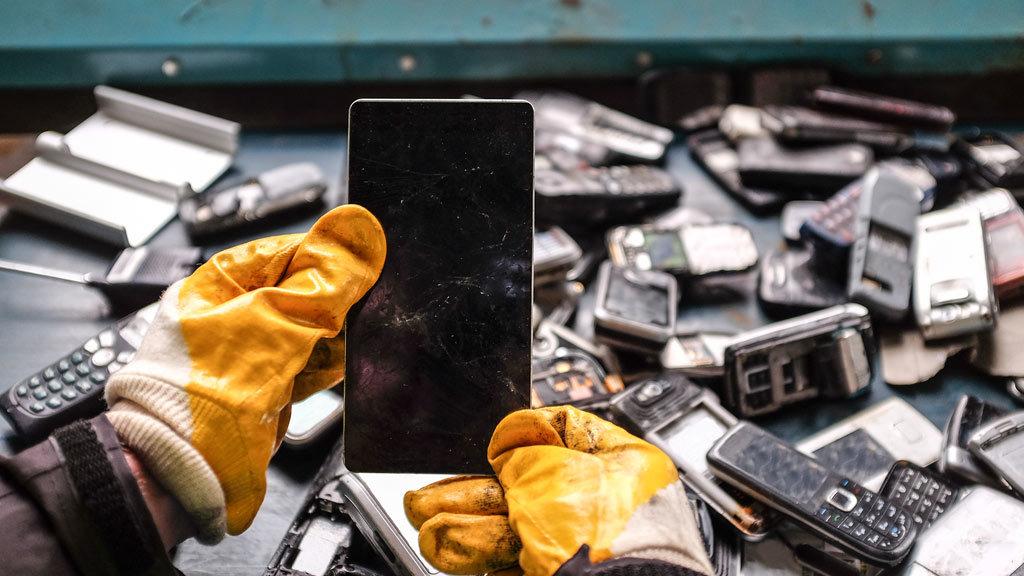 Smaltimento di vecchi cellulari: è così facile